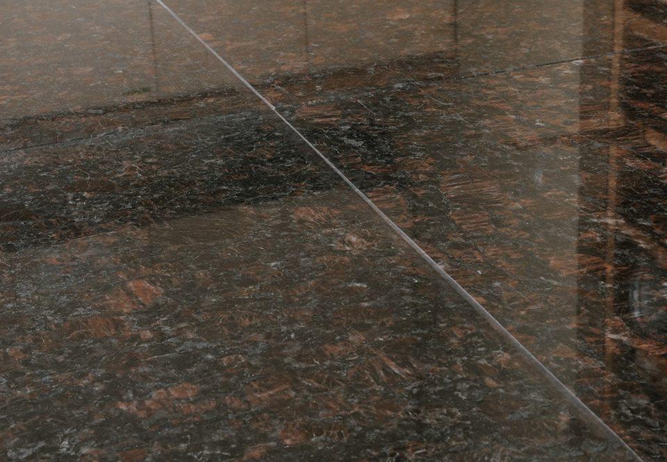 granitnyi-pol-iz-korichnevogo-granita-tan-brown